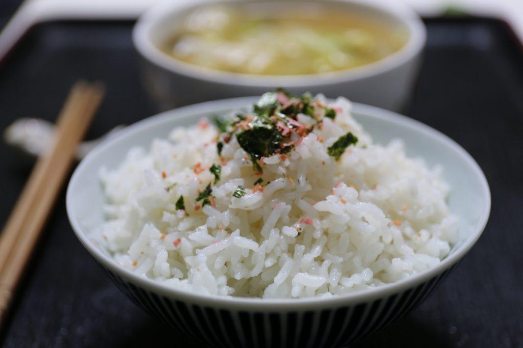 японский рис в тарелке